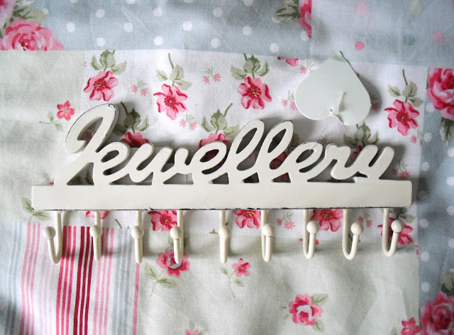CLOSED Giveaway! Win This Shabby Chic Jewellery Hanger From Aspire.. ♥