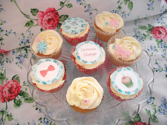 Happy 1000th Blog Post! Cupcakes to celebrate.. ♥
