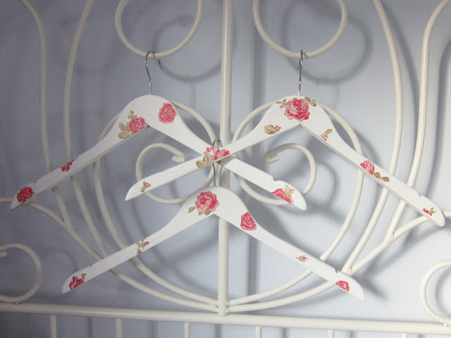 DIY Tutorial: Pretty Vintage Style Clothes Hangers ♥