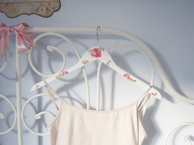DIY Tutorial: Pretty Vintage Style Clothes Hangers ♥