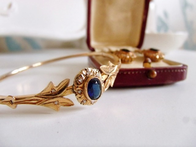 7 Reasons to Buy Vintage Jewellery *